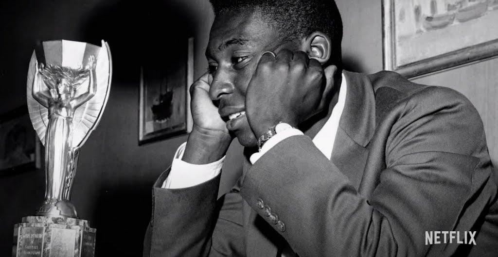 Pelé observa taça Jules Rimet